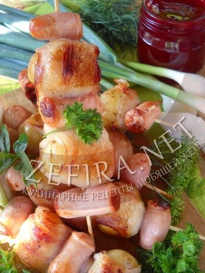 Молодой картофель, запеченный в беконе на шпажках - рецепт и фото