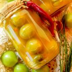 Зеленые помидоры, маринованные с чесноком и перцем