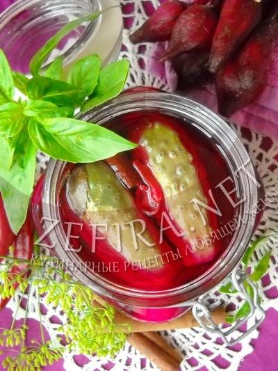 Маринованные на зиму огурцы со свеклой и корицей - рецепт и фото