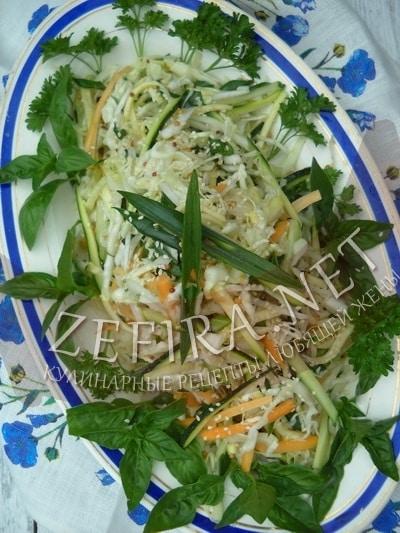 Летний салат из белокочанной капусты с кабачками и морковью - рецепт и фото