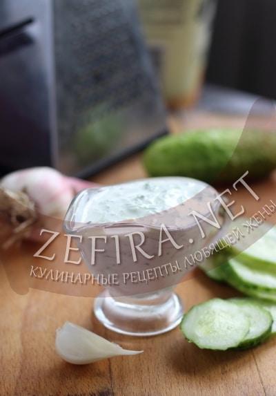Соус из свежих огурцов с чесноком - рецепт и фото