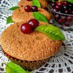 Бисквитные шоколадные кексы с вишней