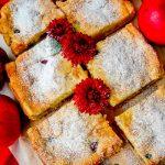 Воздушный яблочный пирог с ягодами