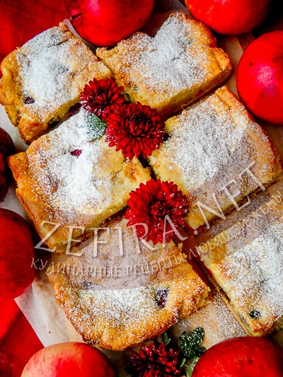 Воздушный яблочный пирог с ягодами - рецепт и фото