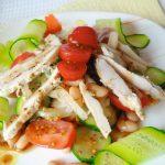 Салат с курицей, фасолью, огурцом и помидором