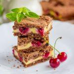 Вкусный шоколадный насыпной пирог с вишней