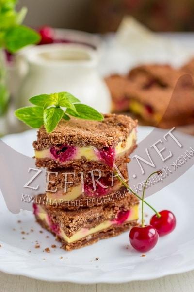 Вкусный шоколадный насыпной пирог с вишней - рецепт и фото
