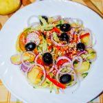 Картофельный салат со свежими овощами и маслинами