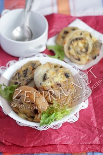 Слоеные пирожки с картошкой, грибами и сыром - рецепт и фото