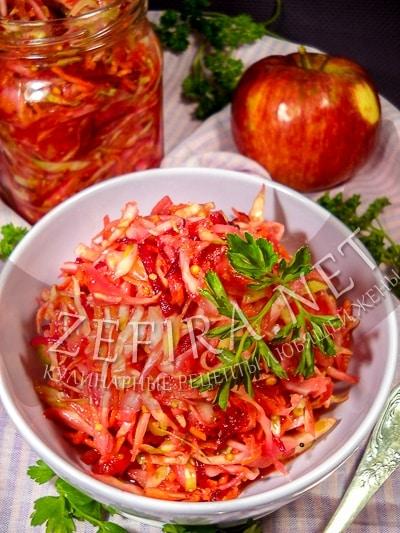 Капустный салат со свеклой, морковью и яблоком - рецепт и фото