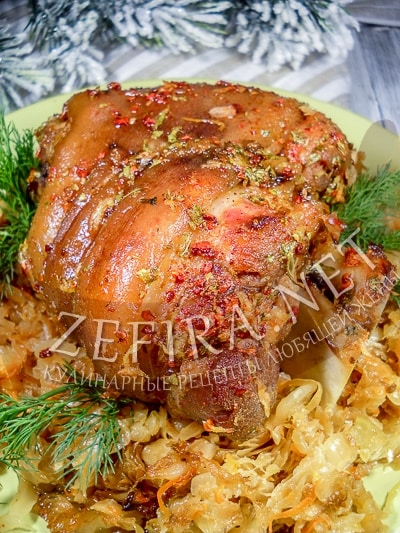 Запеченная в духовке свиная рулька с квашеной капустой