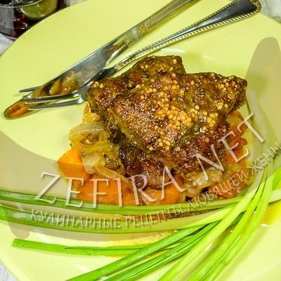 Говяжья печень в глазури с луком и морковью