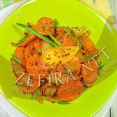 Морковь с луком на сковороде в соево-медовой карамели
