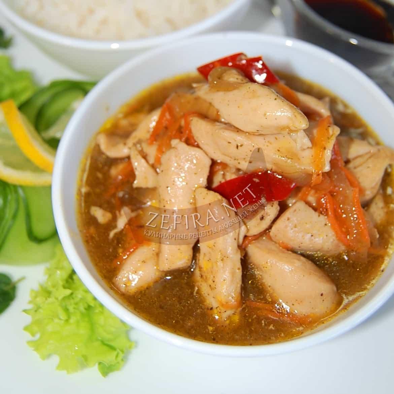 Куриное филе, тушеное в соевом соусе на сковороде