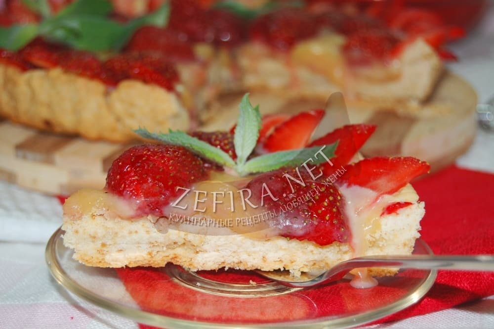 Пирог из песочного теста с клубникой и творогом рецепт