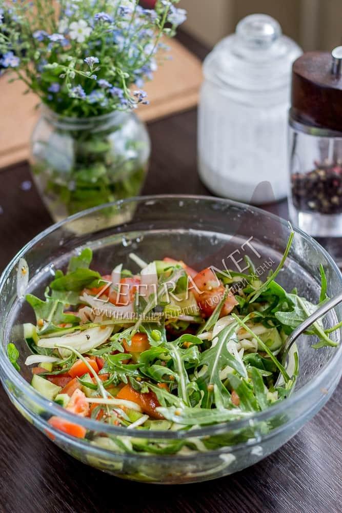Салат с рукколой, огурцом и помидором