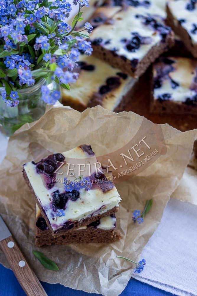 Шоколадный пирог с творогом и черникой