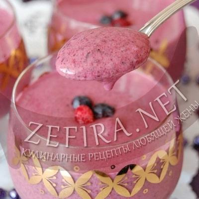 Cмузи в блендере из замороженных ягод с йогуртом