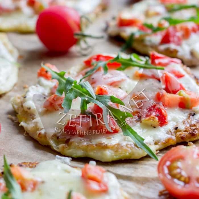 Пиццы из кабачка с помидорами и сыром