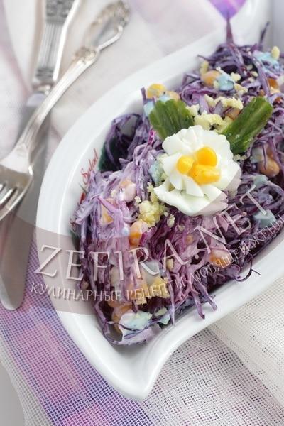 Салат с  красной капустой, яйцом и кукурузой