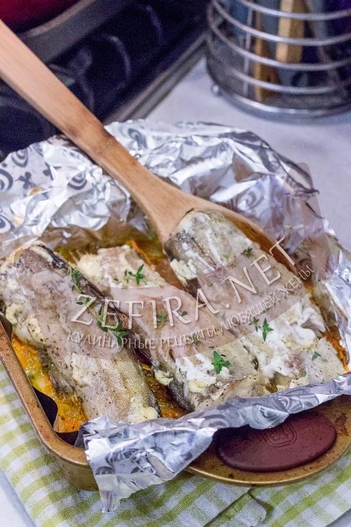 Минтай запеченный в духовке с морковью и луком - рецепт и фото
